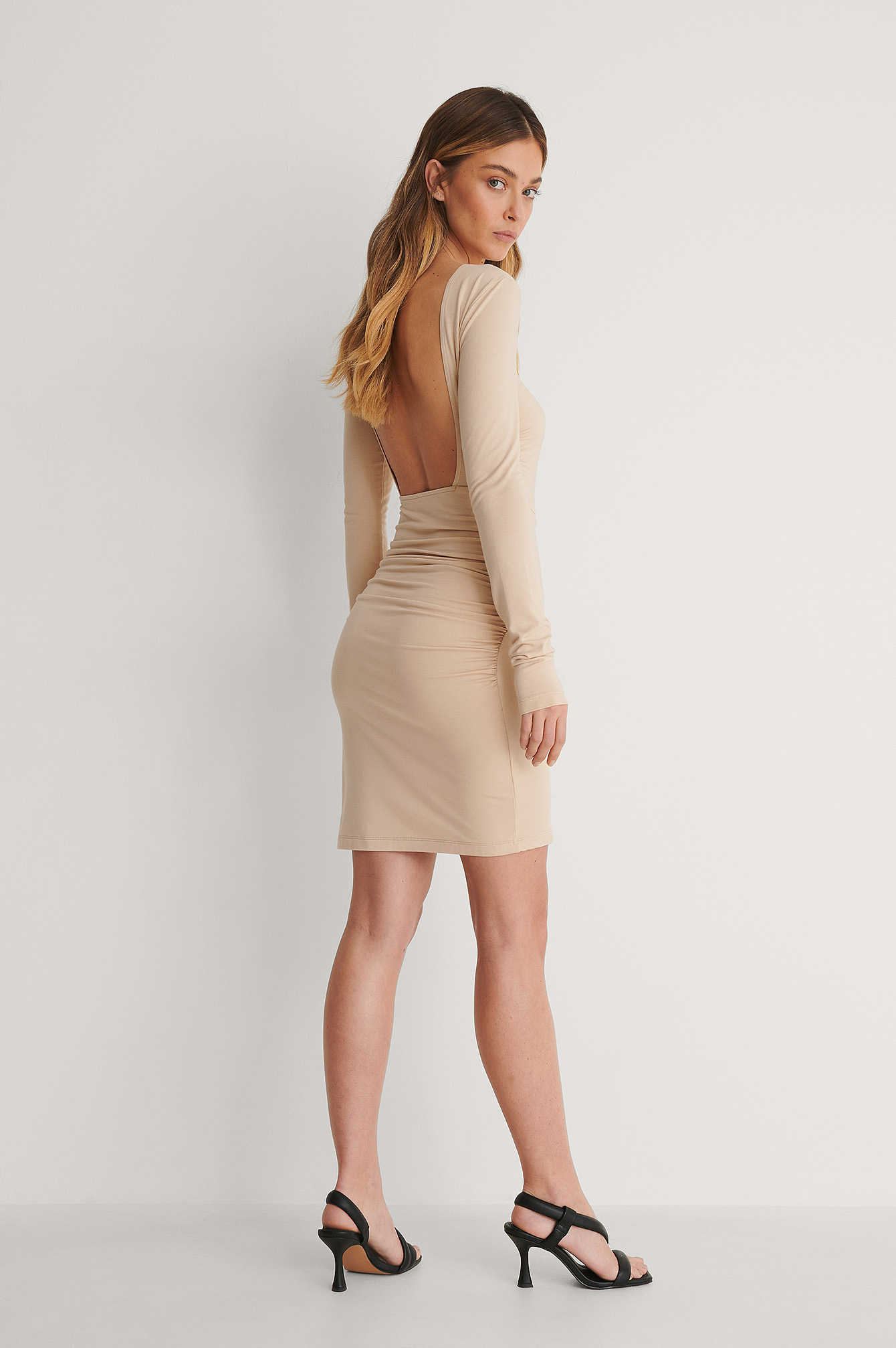 Beige Robe Dos Ouvert