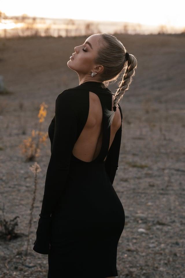 Black Robe À Dos Ouvert Avec Fente