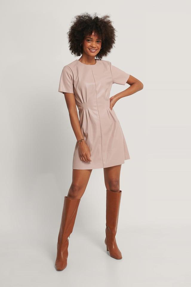 Dusty Pink Robe En Faux Cuir Souple À Taille Marquée