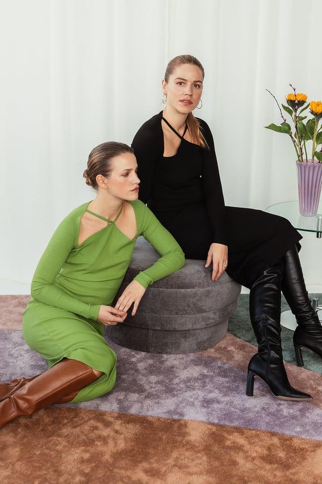 Robe Manches Longues À Ornements Sur Le Devant Black